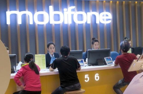 Các giao dịch viên đang hỗ trợ khách hàng tại cửa hàng Mobifone